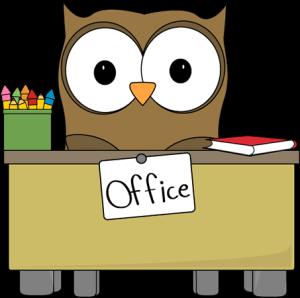 sova za pracovnym stolom